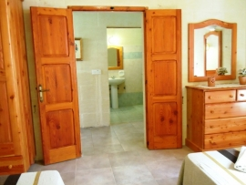 DUN NASTAS holiday house twin bedroom facing a bathroom