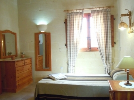 DUN NASTAS holiday house twin bedroom with window