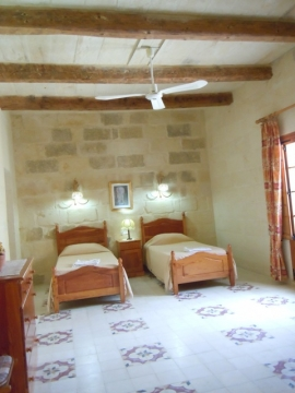 GUMMAR holiday house first floor twin bedroom with ceiling fan and with en suite bathroom