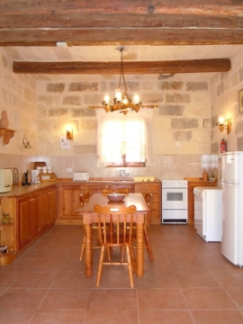 GIDI holiday house kitchen and dining area